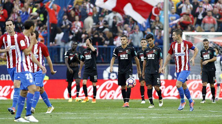 Los jugadores del Granada CF se lamentan tras recibir el 2-1 antes del descanso. Foto: LOF