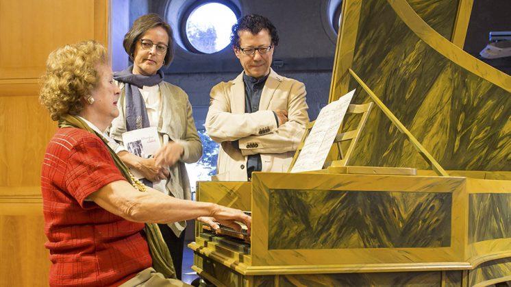Veinticuatro horas antes del recital, Genoveva ensaya en el Salón de actos del palacio de Carlos V algunas de las partituras. Foto: aG