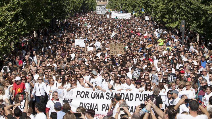 Gran Vía de Colón llena de gente en la manifestación de este domingo. Foto: Lucía Rivas