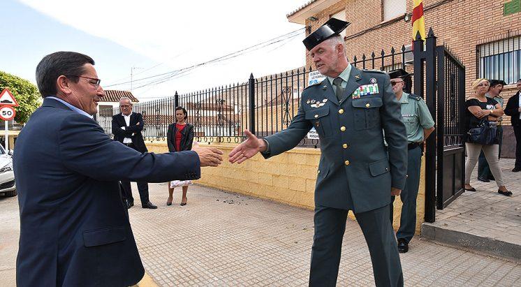 El presidente de Diputación, José Entrena, ha visitado este jueves el cuartel. Foto: R. Martínez