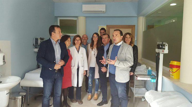 El delegado de Salud, Higinio Almagro, durante su visita al Centro de Salud de Peligros con el alcalde de la localidad, Roberto García. Foto: aG