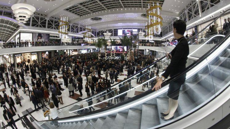 Imagen del interior del Centro Comercial Nevada durante su inauguración este martes. Foto: Álex Cámara