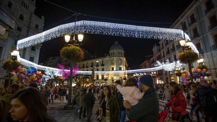 Las luces navideñas ya iluminan las calles de Granada, llenas este viernes con el encendido. Foto: Ferminius.es