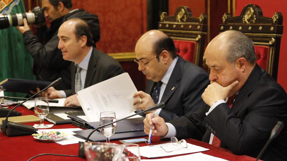 Imagen de archivo, de García Montero, Pérez y Torres Hurtado, durante un pleno en el Ayuntamiento. Foto: Álex Cámara